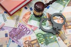 Algemas com o martelo do juiz e do euro Fotografia de Stock