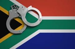 Algemas da bandeira e da polícia de África do Sul O conceito do crime e das ofensas no país fotos de stock