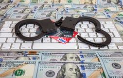 Algemas do aço e cartões de crédito que encontram-se em um teclado de computador sobre Fotografia de Stock