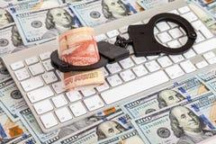 Algemas do aço e rolo dos rublos de russo que encontram-se em um computador k Fotos de Stock