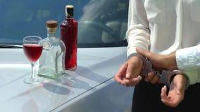 Algemas do agente da polícia um motorista bêbado que falhasse um teste do DUI durante uma parada do tráfego vídeos de arquivo