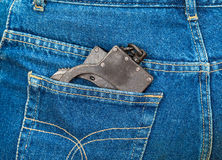 Algemas do metal no bolso traseiro das calças de brim Fotos de Stock