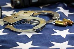 Algemas e munição na bandeira do Estados Unidos foto de stock royalty free