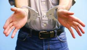 Algemas nos pulsos do homem detido foto de stock royalty free