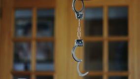 Algemas para criminosos prendidos, suspendidas no movimento vídeos de arquivo