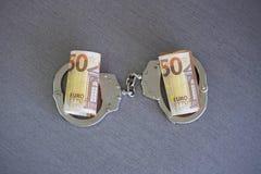 Algemas sobre e dinheiro torcido Vista superior imagens de stock