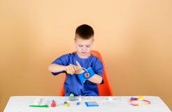 Algemeen medisch onderzoek Medisch onderwijs Speel spel Jongens leuke kind toekomstige artsencarri?re Het gezonde leven Vertragin royalty-vrije stock foto
