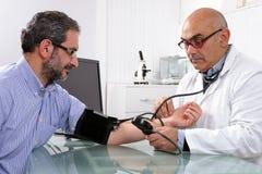 Algemeen medisch onderzoek van een patiënt Stock Afbeeldingen
