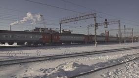 Algemeen plan voor de bouw van de brug Elektrische trein stock footage