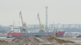 Algemeen vrachtschip die een haven ingaan stock footage