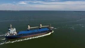 Algemeen vrachtschip op zee - Luchtlengte stock video