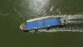Algemeen vrachtschip op zee - Luchtlengte stock videobeelden