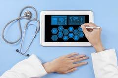 Algemene artsenhanden die tablet gebruiken stock foto's