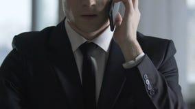 Algemene directeur die collectieve partner roepen, die het werkprobleem beheren door smartphone stock footage