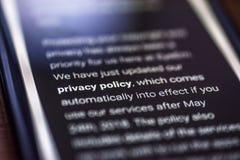 Algemene Gegevensbeschermingverordening - het bericht van close-upsmartphone met het Beleid van de tekstprivacy royalty-vrije stock foto