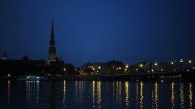 Algemene mening over Riga over de Daugava-rivier bij nacht stock videobeelden