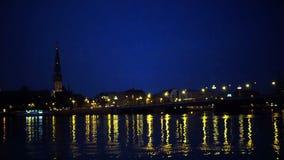 Algemene mening over Riga over de Daugava-rivier bij nacht stock footage