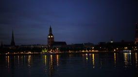 Algemene mening over Riga over de Daugava-rivier bij nacht stock video