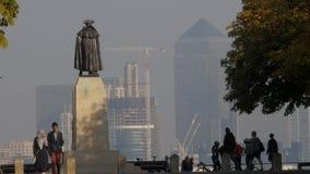 Algemene Wolfe in het Park van Greenwich met Canary Wharf stock footage