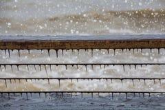 Algen, die auf Piergeländer, mit stürmischen Meereswellenschaum- und -wassertropfen wachsen lizenzfreies stockbild