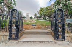 ALGER, ALGÉRIE - 24 SEPTEMBRE 2016 : Monument de boulevard de liberté en parc de florale de horloge de jardin à Alger Algérie Photographie stock libre de droits