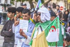 Algerier, die gegen vorübergehenden Präsidenten Bensalah in Algier, Algerien verkünden stockbild