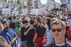 Algerijnen die tegen voorzittersBouteflika regime vertonen in Algiers, Algerije stock afbeeldingen