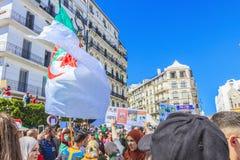 Algerijnen die tegen voorzittersBouteflika regime vertonen in Algiers, Algerije royalty-vrije stock afbeelding