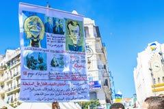 Algerijnen die tegen voorzittersBouteflika regime vertonen in Algiers, Algerije stock foto's