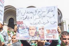 Algerijnen die tegen voorzittersBouteflika regime vertonen in Algiers, Algerije stock afbeelding