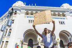 Algerijnen die tegen voorzittersBouteflika regime vertonen in Algiers, Algerije stock foto