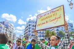 Algerijnen die tegen voorzittersBouteflika regime vertonen in Algiers, Algerije royalty-vrije stock foto
