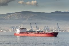 Algesiras-Containerhafen und -tanker von der Königin Elizabeth lizenzfreies stockbild