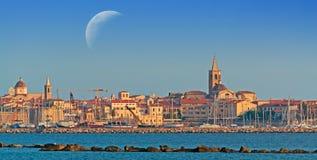 Alghero przy zmierzchem pod księżyc Obraz Royalty Free