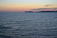 Algherokustlijn bij schemering - Sardinige, Italië stock fotografie