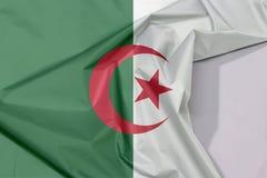 Algieria tkaniny flaga zagniecenie z biel przestrzenią i krepa zdjęcia royalty free