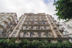ALGIERS ALGERIET - SEPTEMBER 30, 2016: Franska koloniala byggnader i Algiers Algeriet Byggnader renoveras av den algeriska regeri Royaltyfria Bilder