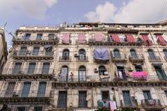 ALGIERS ALGERIET - SEPTEMBER 24, 2016: Franska koloniala byggnader i Algiers Algeriet Byggnader renoveras av den algeriska regeri Arkivfoto