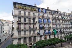 ALGIERS ALGERIET - SEPTEMBER 24, 2016: Franska koloniala byggnader i Algiers Algeriet Byggnader renoveras av den algeriska regeri Arkivfoton