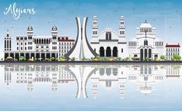 Algiers linia horyzontu z Szarymi budynkami, niebieskim niebem i odbiciami, Fotografia Stock