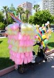 Algodão doce e balões coloridos em um 'trotinette' no carnaval alaranjado da flor Foto de Stock Royalty Free