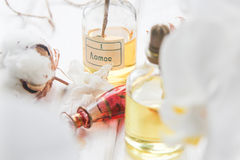 Algodón del perfume y de las flores y orquídea blanca en la tabla de madera blanca Foto de archivo