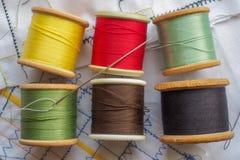 Algodones y aguja de costura coloreados Fotografía de archivo