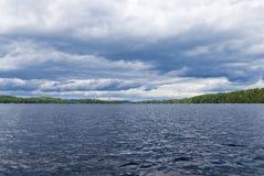 algonquin σκοτεινή λίμνη κανό πέρα από τον επαρχιακό ουρανό π στοκ εικόνα
