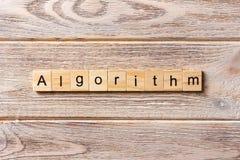 Algorithmuswort geschrieben auf hölzernen Block Algorithmustext auf Tabelle, Konzept Stockbild