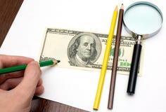 Alguém desenha o dólar por lápis Fotos de Stock
