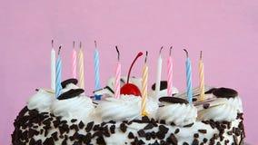 Alguém que funde para fora velas no bolo de aniversário video estoque