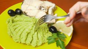 Alguien come el puré del bróculi con los pescados cocidos al vapor 4k, c?mara lenta metrajes