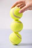 Alguien que hace la torre de la pelota de tenis Imágenes de archivo libres de regalías