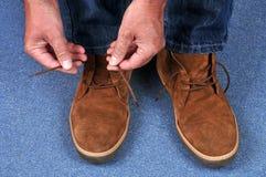 Alguien que hace sus cordones de zapato imágenes de archivo libres de regalías